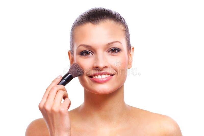 Piękna młoda kobieta stosuje kosmetyka zdjęcie royalty free