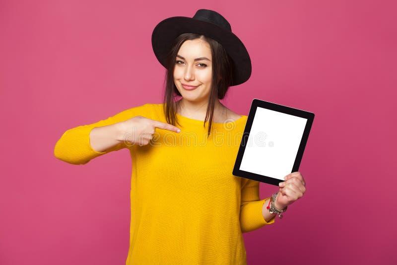 Piękna młoda kobieta trzyma pastylkę obraz stock