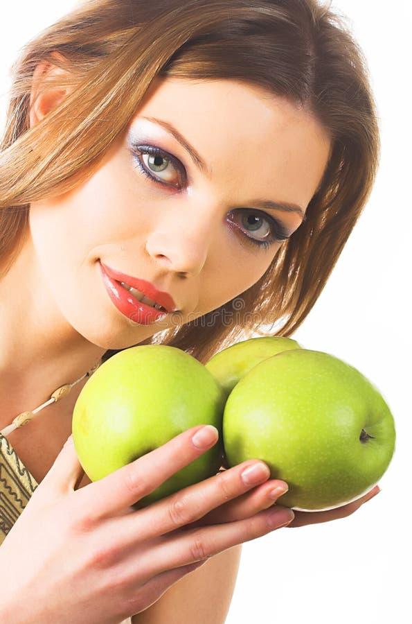Piękna młoda kobieta trzymający zielonych jabłka obraz royalty free