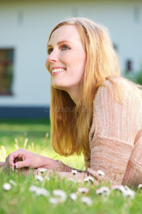 Piękna młoda kobieta uśmiechnięta i relaksuje outdoors fotografia royalty free