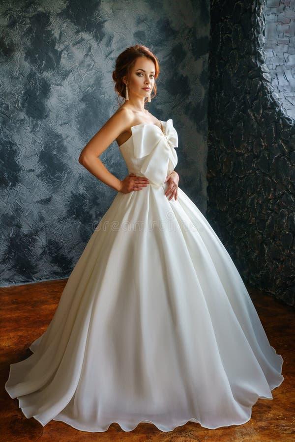 Piękna młoda kobieta w ślubnej sukni, romantyczny wizerunek panna młoda, piękny makijaż i fryzura, obraz stock
