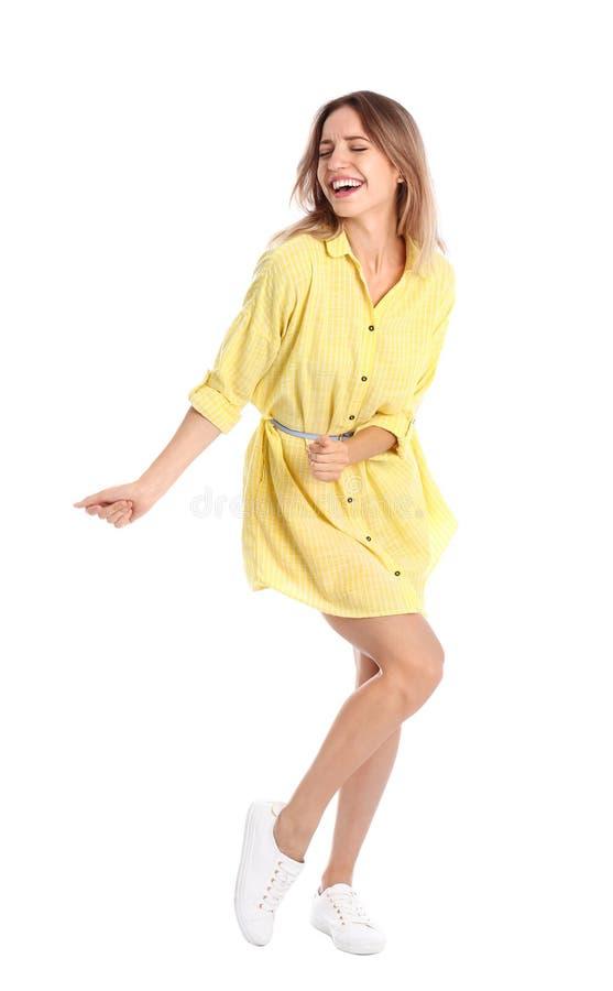 Piękna młoda kobieta w żółtym tanu na białym tle obraz stock