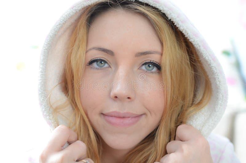 Piękna młoda kobieta w bathrobe obrazy royalty free