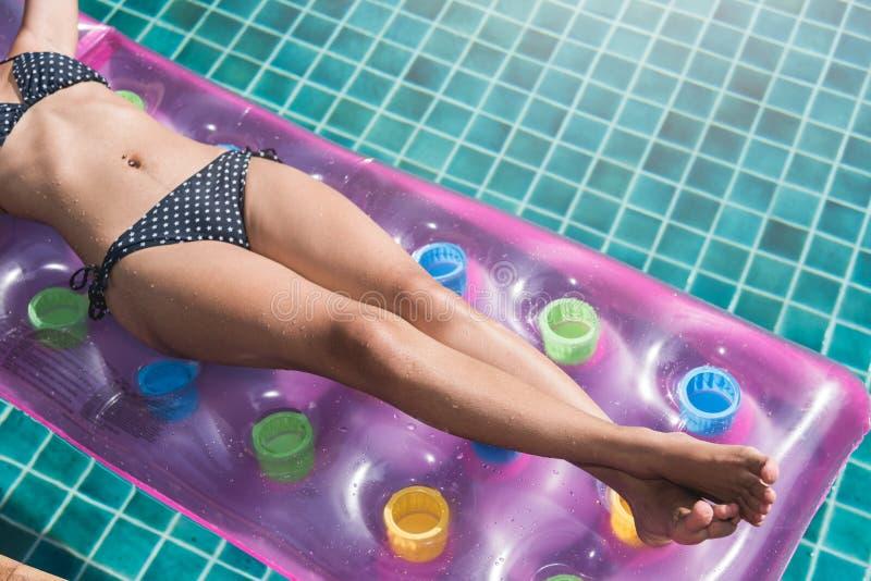 Piękna młoda kobieta w bikini pływackim basenie na materac inflat obrazy royalty free