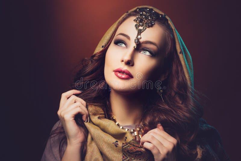 Piękna młoda kobieta w chuscie zdjęcia stock