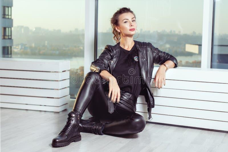 Piękna młoda kobieta w czarnym rzemiennym kostiumu zdjęcia royalty free