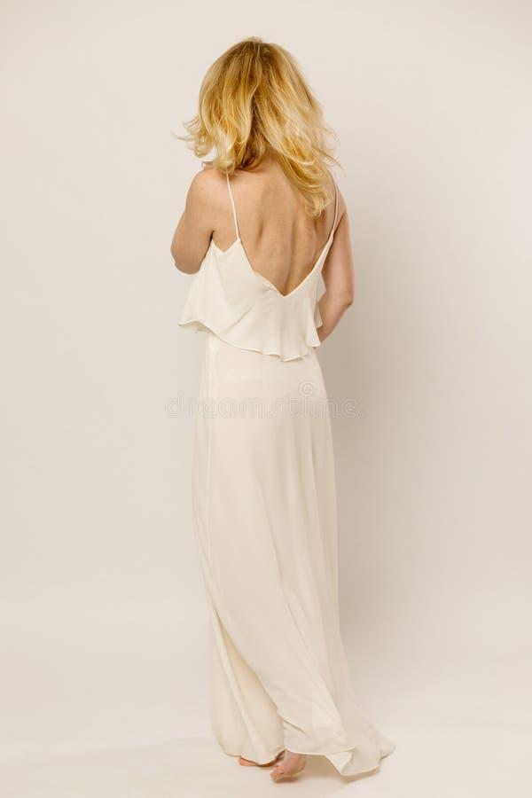 Piękna młoda kobieta w długiej sukni opuszcza zdjęcia royalty free