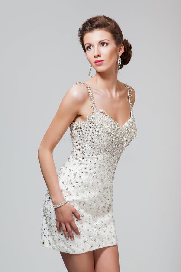 Piękna młoda kobieta w eleganckiej sukni zdjęcie stock