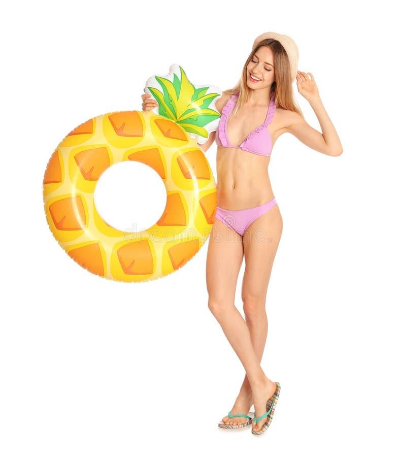 Piękna młoda kobieta w eleganckim bikini z ananasowym nadmuchiwanym pierścionkiem obraz stock