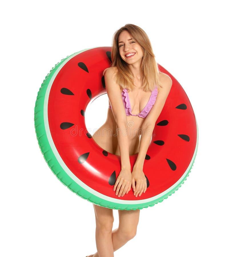 Piękna młoda kobieta w eleganckim bikini z arbuza nadmuchiwanym pierścionkiem zdjęcia stock