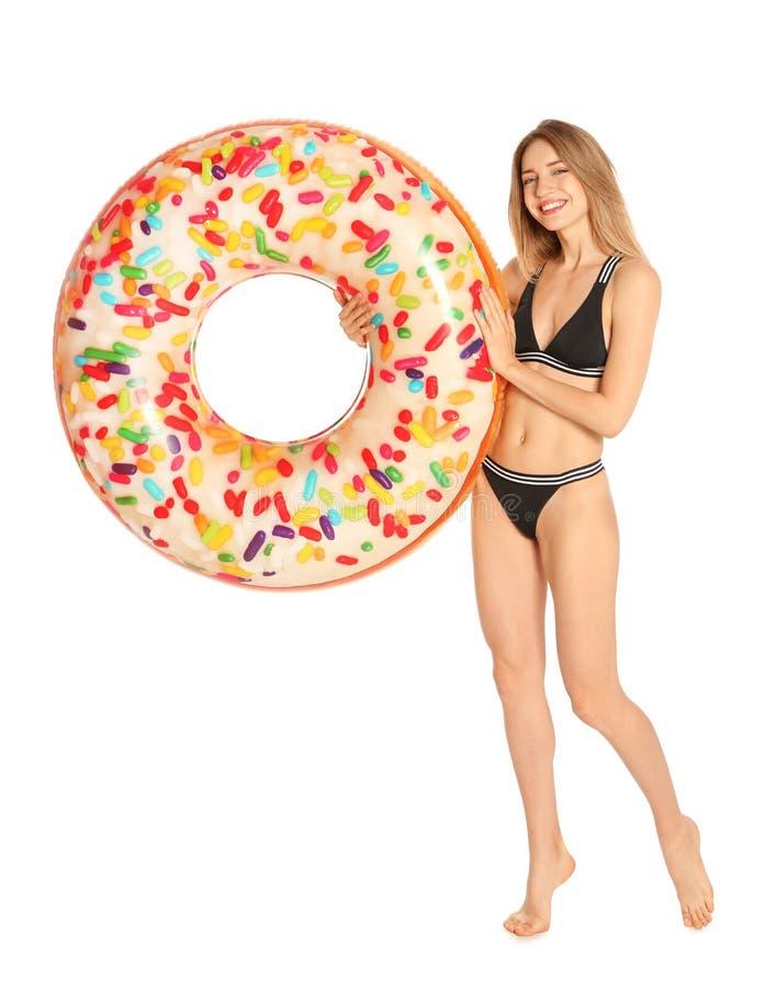 Piękna młoda kobieta w eleganckim bikini z pączka nadmuchiwanym pierścionkiem obraz stock