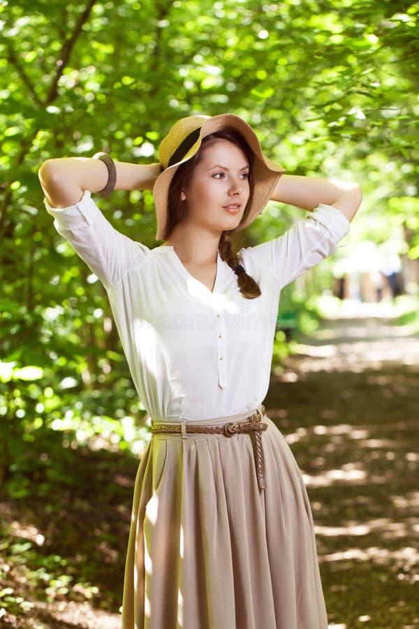 Piękna młoda kobieta w eleganckim kapeluszu fotografia stock