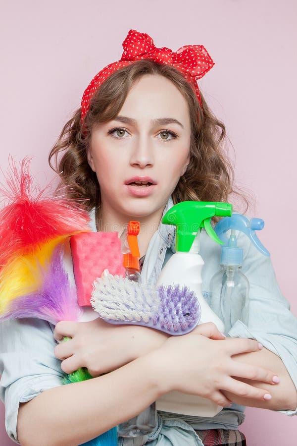 Piękna młoda kobieta w górę z makijażem i fryzura z czyści narzędziami na różowym tle zdjęcia stock