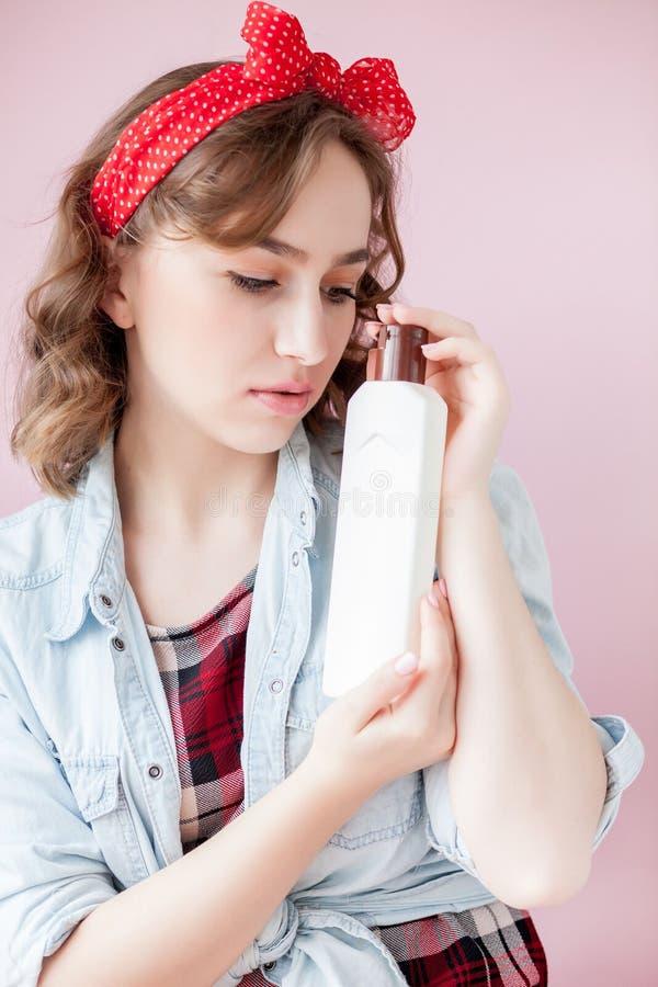 Piękna młoda kobieta w górę z makijażem i fryzura z czyści narzędziami na różowym tle obrazy royalty free