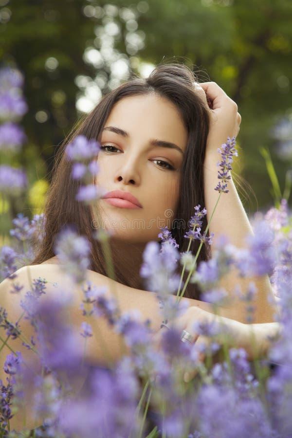 Piękna młoda kobieta w kwiatu polu obrazy royalty free