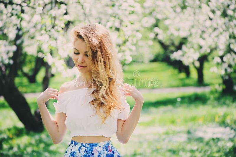 Piękna młoda kobieta w kwiecistym maksim spódnicowym odprowadzeniu w wiośnie fotografia stock