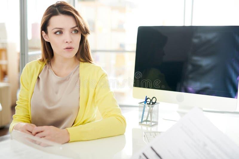 Piękna młoda kobieta w lekarkach Biurowych zdjęcie stock