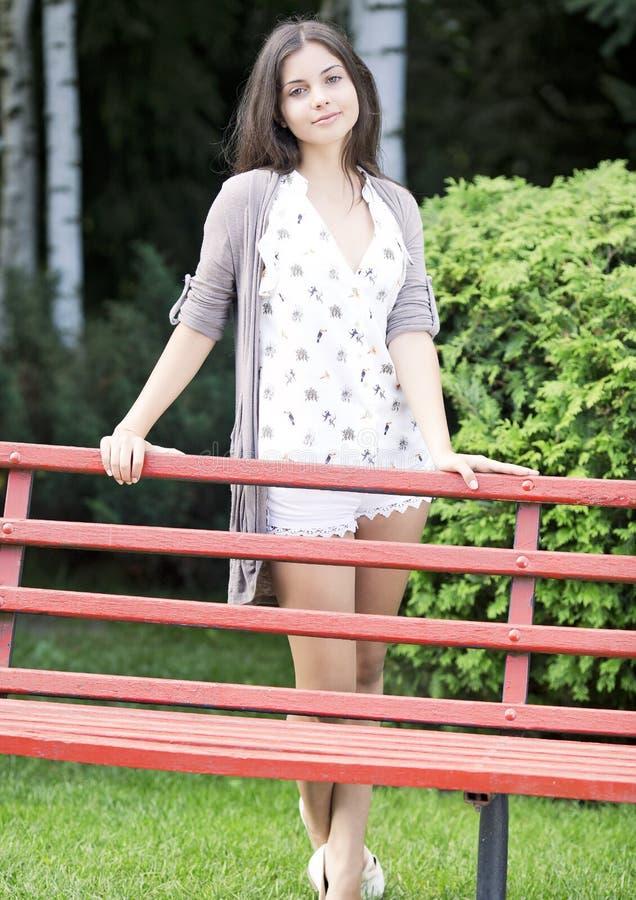 Piękna młoda kobieta w parku zdjęcie royalty free