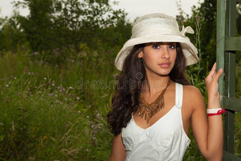 Piękna młoda kobieta w Paryż obraz royalty free