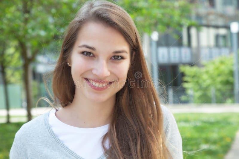 Piękna młoda kobieta w przypadkowych ubraniach outside obraz stock
