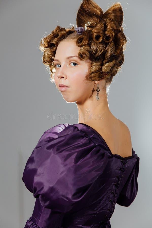 Piękna młoda kobieta w rocznik sukni z projektanta włosy Piłka, evening przyjęcie zdjęcia stock