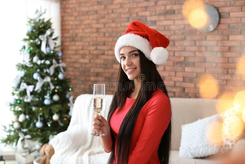 Piękna młoda kobieta w Santa kapeluszu z szkłem obrazy royalty free