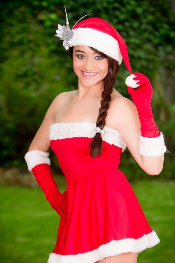 Piękna młoda kobieta w Santa kostiumu na ogródzie fotografia royalty free