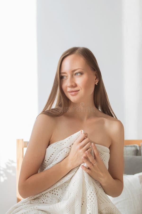 Piękna młoda kobieta w seksownej białej bieliźnie zdjęcia royalty free