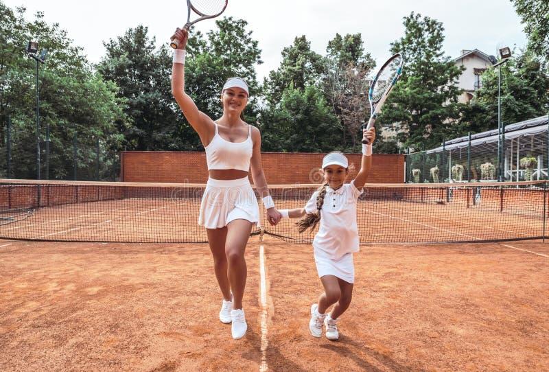 Piękna młoda kobieta w sport odzieży uśmiechniętej i patrzeje daleko od fotografia royalty free