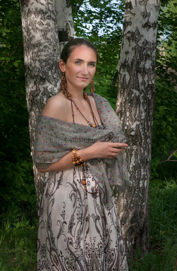 Piękna młoda kobieta w szarym przylądku obraz royalty free
