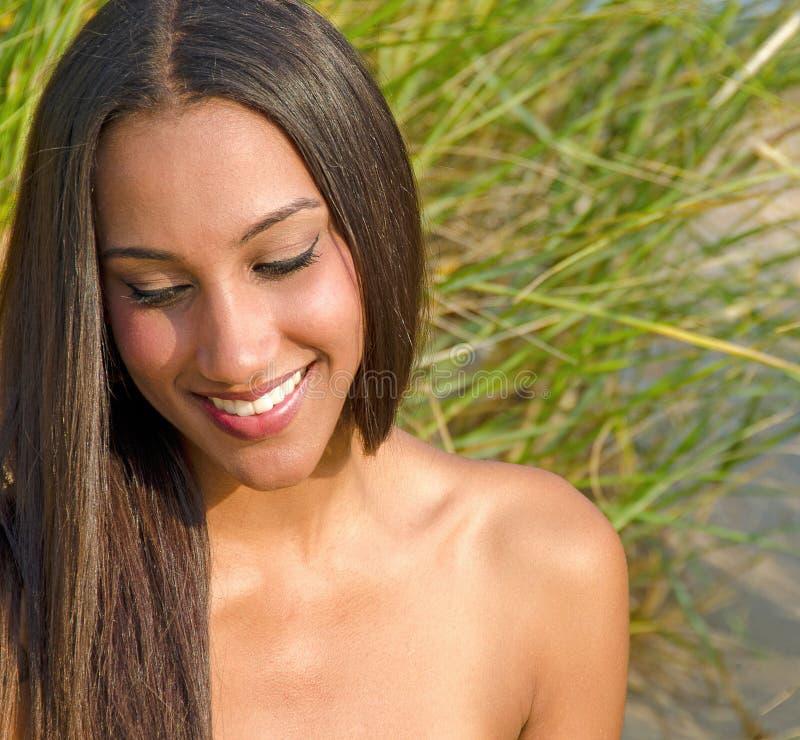 Piękna młoda kobieta w trawie zdjęcie stock