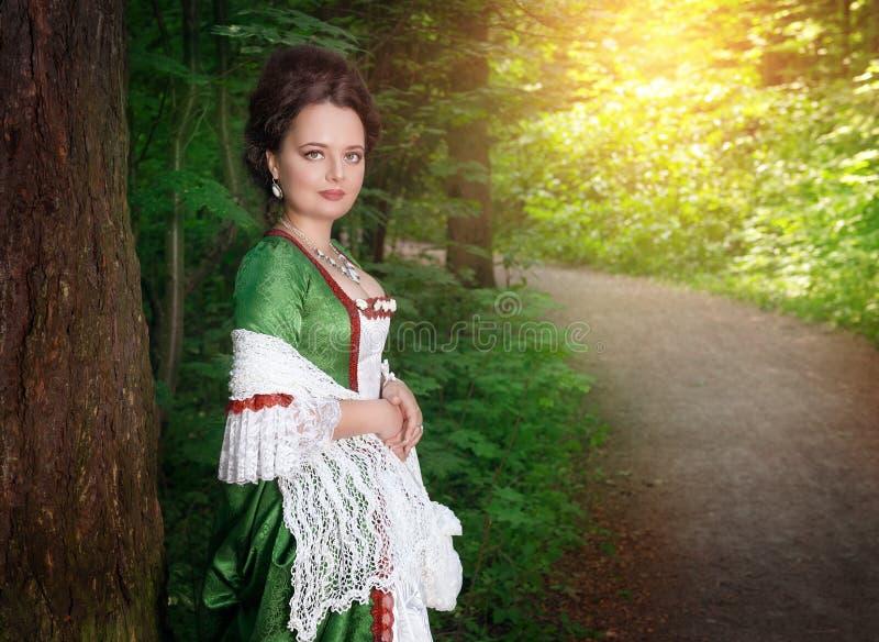 Piękna młoda kobieta w zielonej średniowiecznej sukni fotografia stock