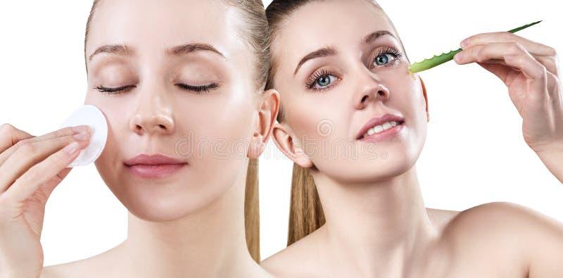 Piękna młoda kobieta wyciera jej twarz z bawełnianym dyskiem zdjęcia stock