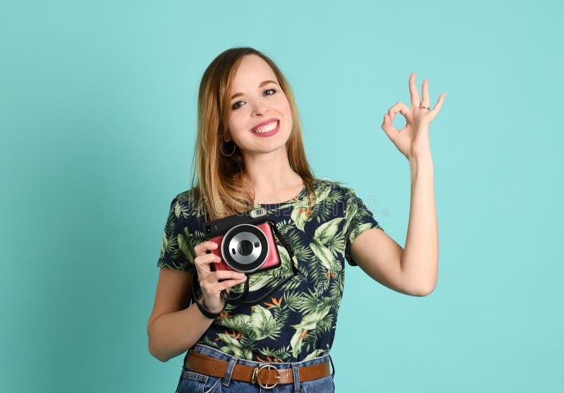 Piękna młoda kobieta z aparatem błyskawicznym obraz royalty free