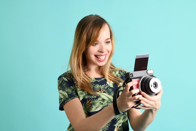 Piękna młoda kobieta z aparatem błyskawicznym obrazy royalty free