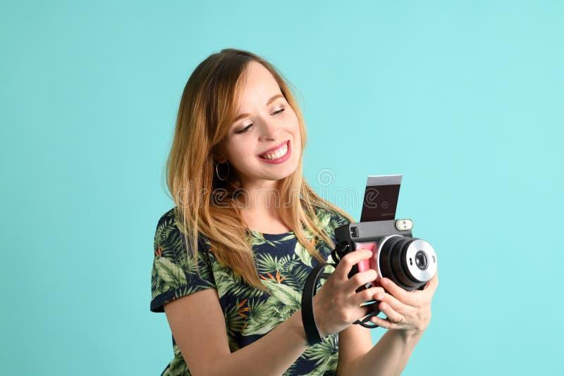 Piękna młoda kobieta z aparatem błyskawicznym fotografia stock