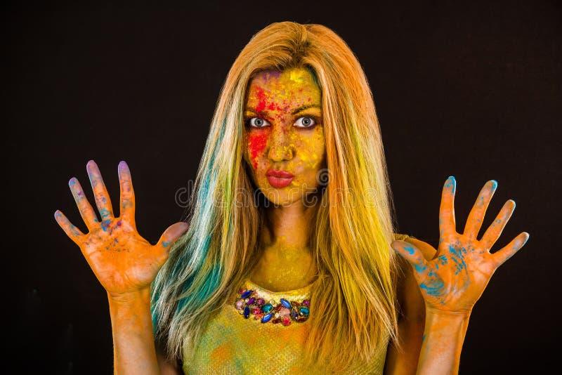 Piękna młoda kobieta z barwionym proszkiem fotografia royalty free