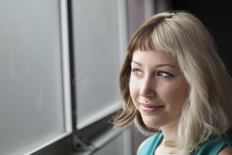 Piękna młoda kobieta z Brown i blondynem fotografia stock