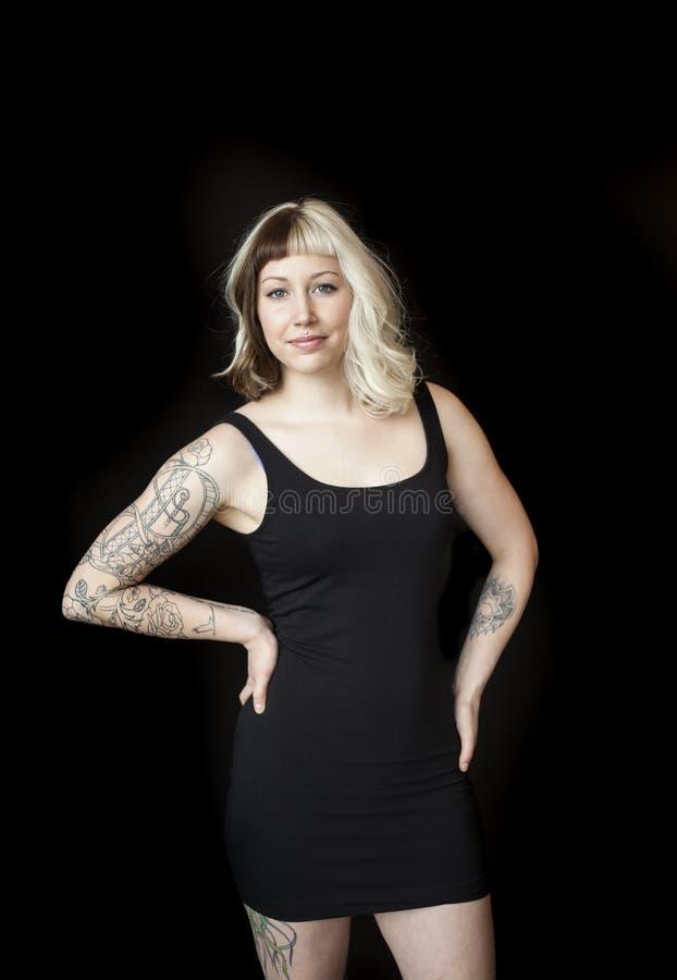 Piękna młoda kobieta z Brown i blondynem w czerni sukni obrazy royalty free