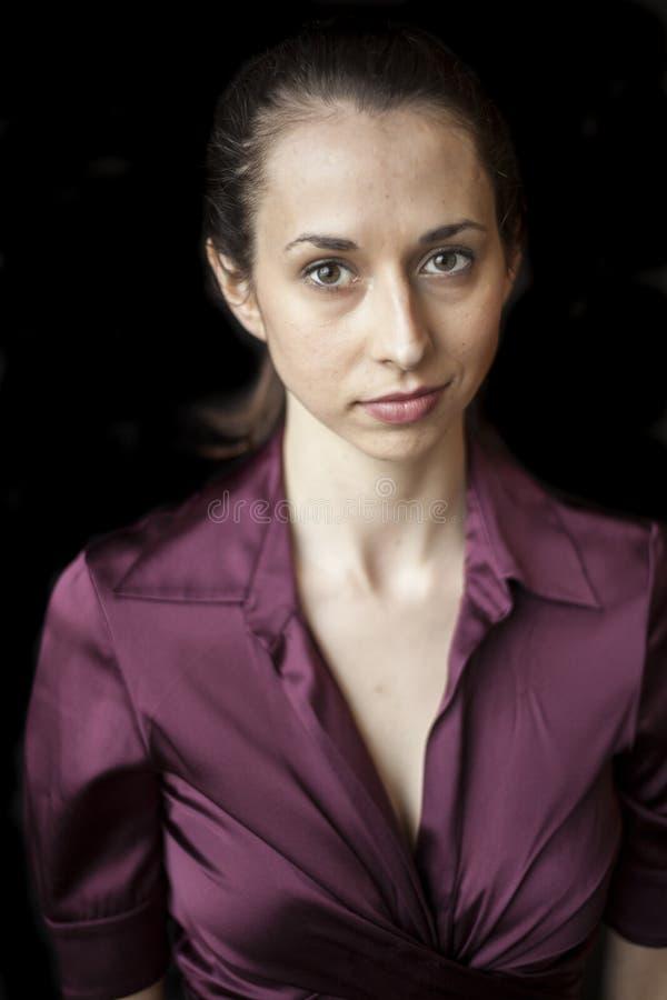 Piękna młoda kobieta z Brown oczami i włosy zdjęcia royalty free
