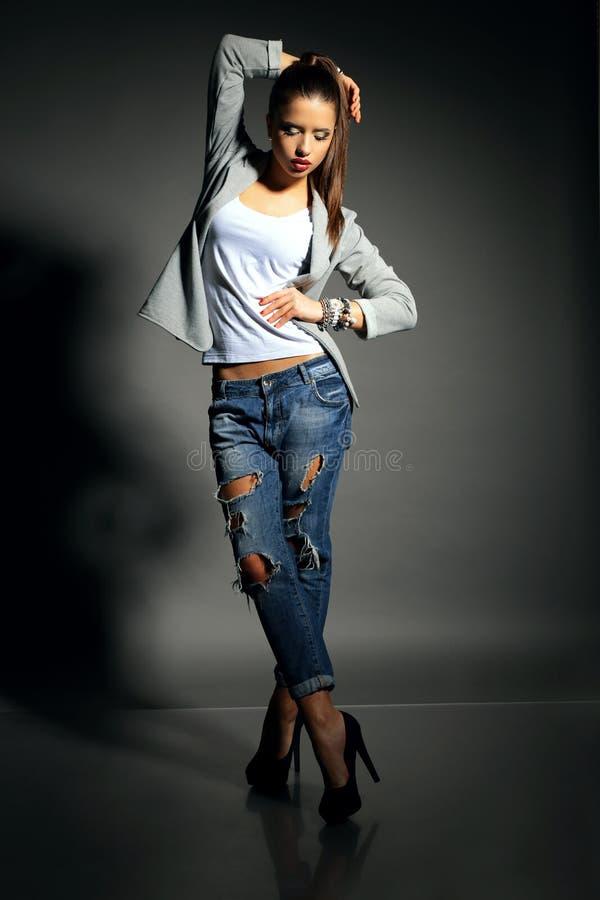 Piękna młoda kobieta z ciemnym włosy jest ubranym przypadkowych ubrania zdjęcie royalty free