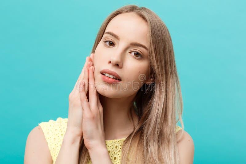Piękna młoda kobieta z czystą perfect skórą Portret dotyka jej twarz piękno model Zdrój, skincare i wellness, obrazy stock