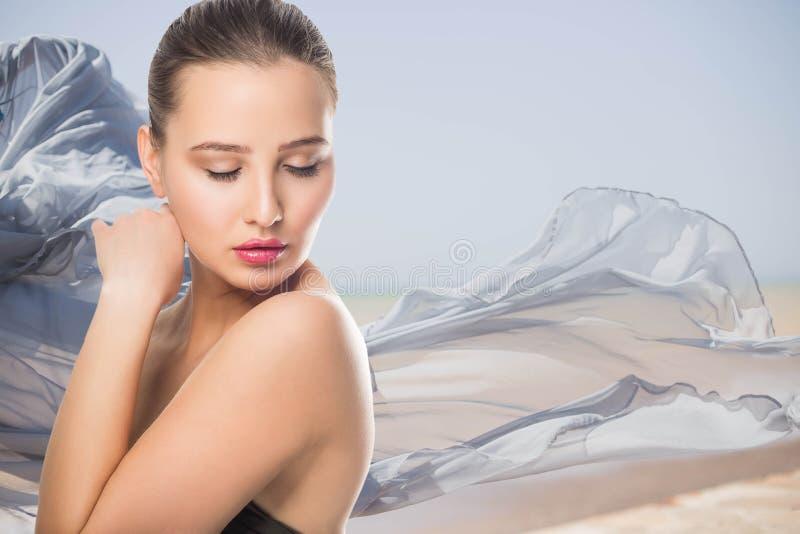 Piękna młoda kobieta z Czystym Świeżym skóra dotykiem swój twarz Twarzowy traktowanie Kosmetologia, piękno i zdrój, Dziewczyna na zdjęcia royalty free