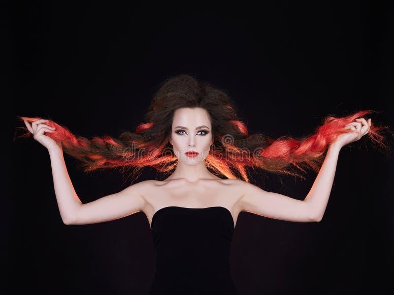 Piękna młoda kobieta z długim czerwonego koloru włosy zdjęcia royalty free