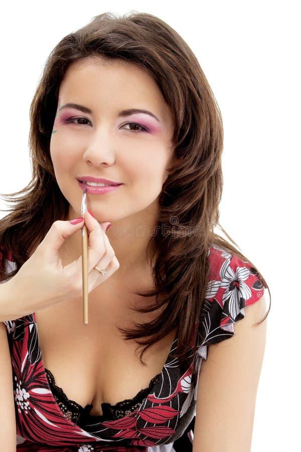 Piękna młoda kobieta z esthetician robi makeup oka cieniowi zdjęcie royalty free
