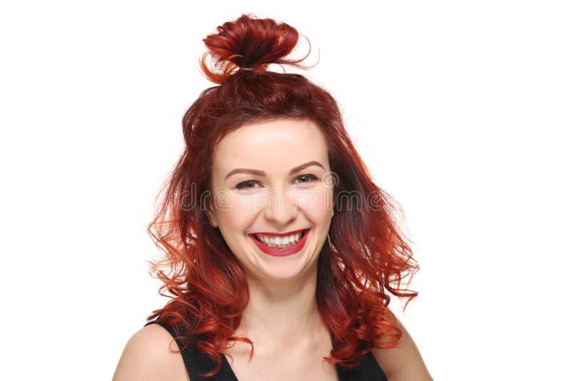 Piękna młoda kobieta z farbującym kędzierzawym włosy obrazy royalty free