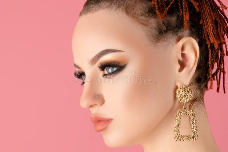 Piękna młoda kobieta z jasnym makijażem fotografia royalty free