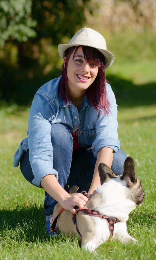 Piękna młoda kobieta z jej psim francuskim buldogiem obrazy stock