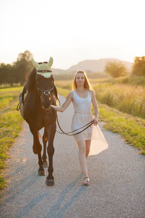 Piękna młoda kobieta z koński plenerowym na spacerze w naturze fotografia royalty free
