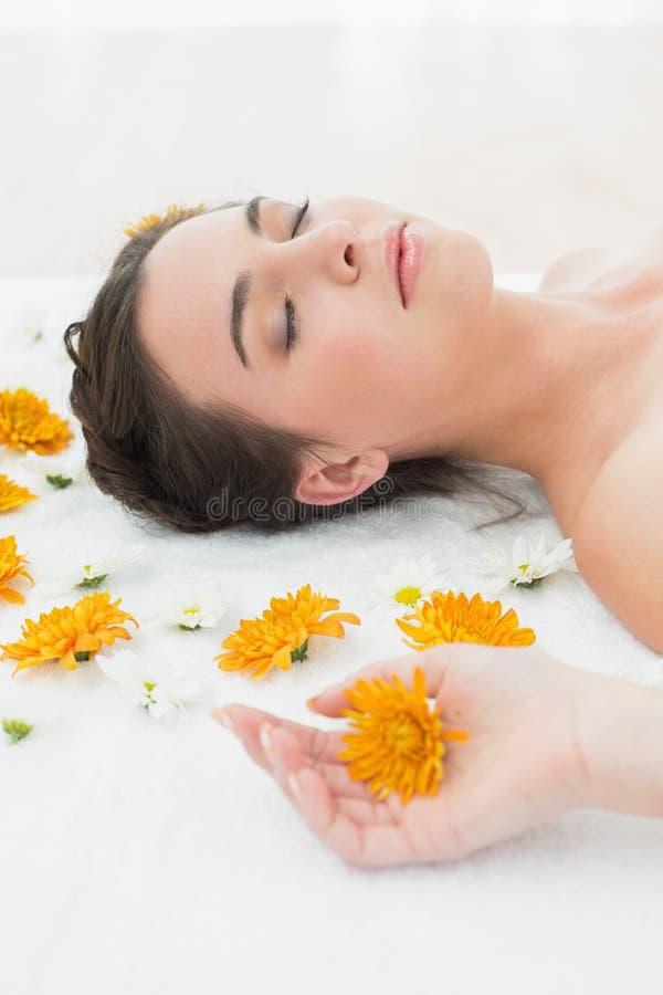 Piękna młoda kobieta z kwiatami w piękno salonie zdjęcie royalty free
